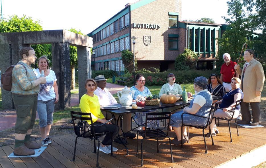 Foto von mehreren Menschen an einem Tisch